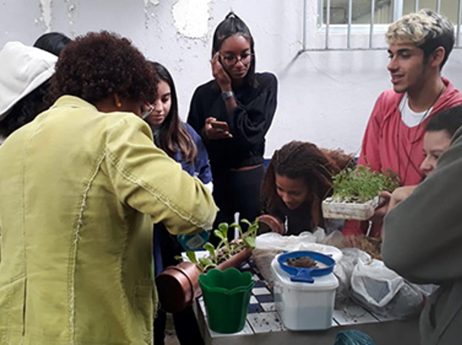 Membro da Igreja Vila da Penha (RJ) realiza oficina de horta orgânica em centro de educação